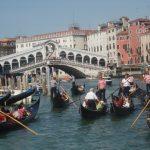 Sur le Grand canal : Le Pont du Rialto et les gondoles