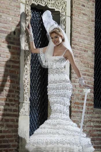 Salon du Mariage de Bucarest : Cosmina Englizian crée la robe de mariée la plus accessoirisée du monde 1