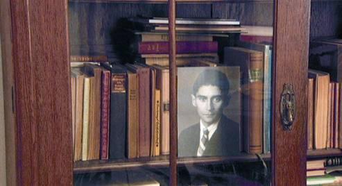 Image d'une bibliothèque avec des documents d'époque