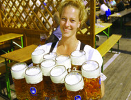 serveuse portant des chopes à oktoberfest munich