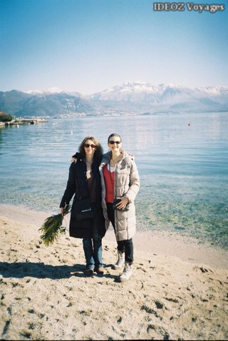 Jour des mimosas sur la plage du Montenegro