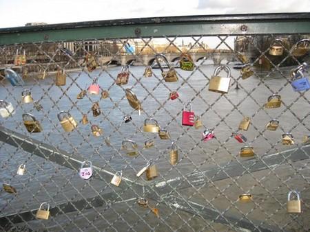 Les cadenas des amants du Pont des Arts (Guide Paris Tourisme) 4
