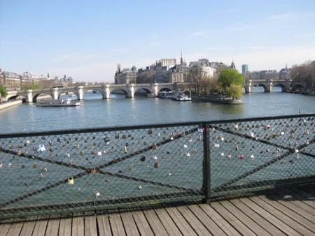 Les cadenas des amants du Pont des Arts (Guide Paris Tourisme) 5