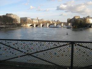 Les cadenas des amants du Pont des Arts (Guide Paris Tourisme) 1
