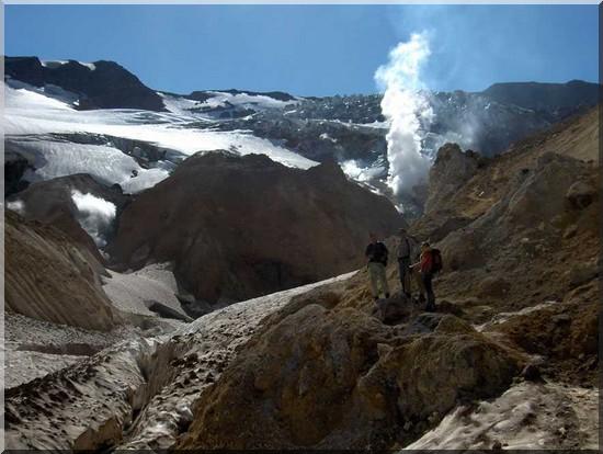 Fumerolles et glaciers dans le cratère du Moutnovski