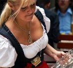 Oktoberfest serveuse en dirndl