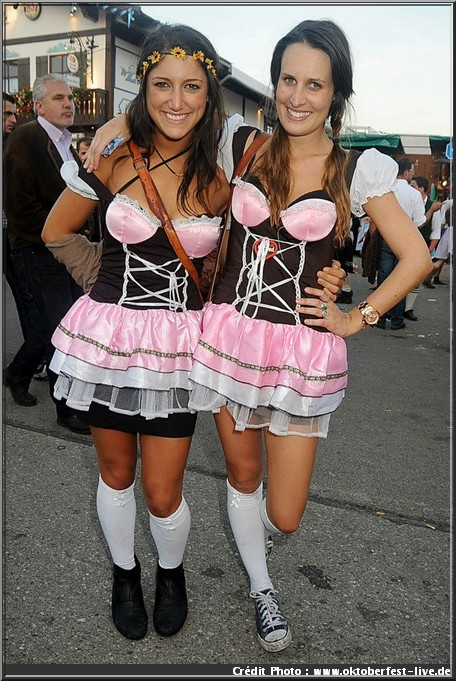 dirndl jeunes femmes bavaroises oktoberfest munich