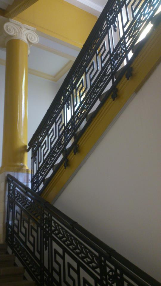budapest colonne jaune escalier