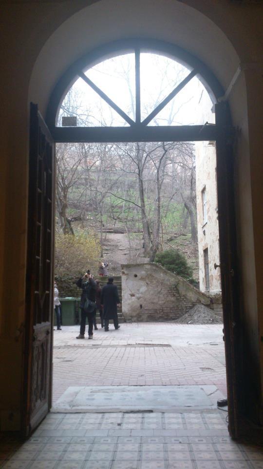 budapest porte ouverte sur cour