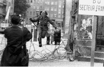 fuite d'un soldat de RDA lors de l'édification du mur de berlin (1)