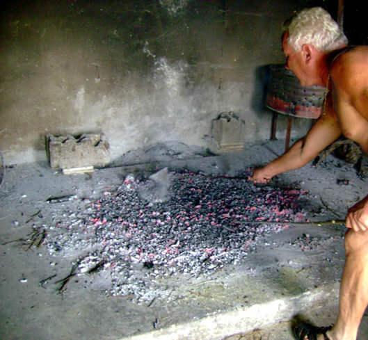 Préparation du feu pour la cuisson du soparnik