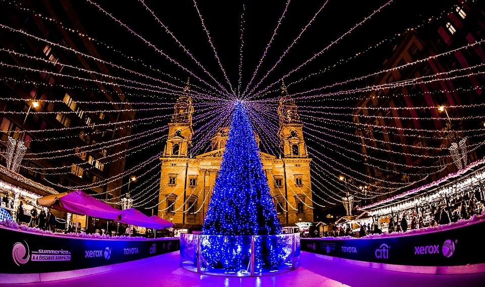 Budapest pendant les fêtes de Noël patinoire et église saint étienne