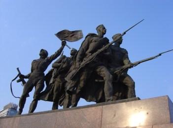saint petersbourg statue combattants