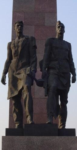 saint petersbourg statue communiste