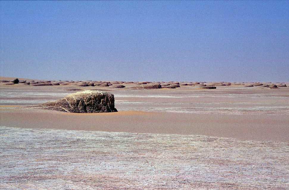 Paysage de type désert blanc près de Kouba Olanga