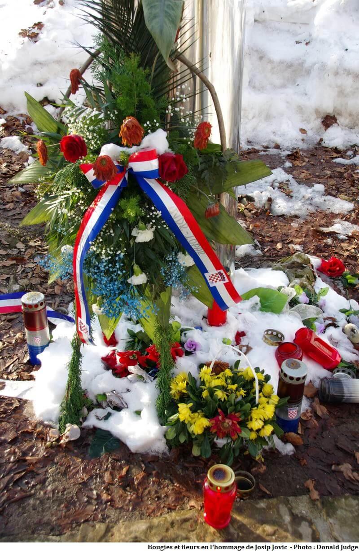 Fleurs et bougies en l'honneur de Josip Jovic