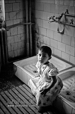 petite fille orphelinat roumanie