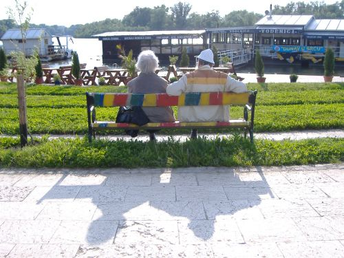 sava belgrade passants sur un banc