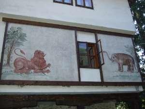 éléphant et lion sur une façade en Bulgarie près de Trojan