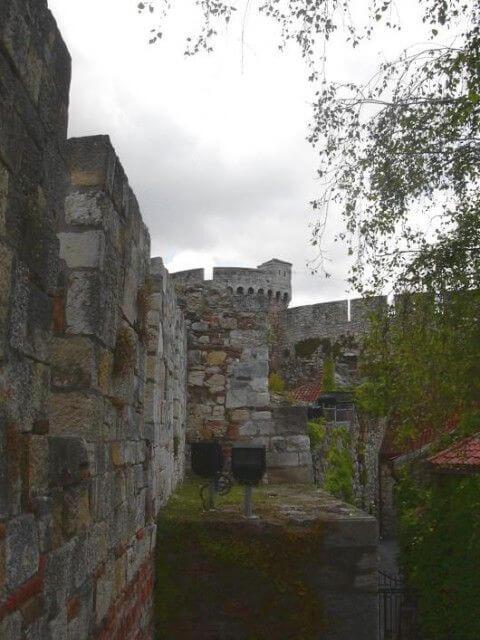 Fortifications de Kalemegdan derrière l'église Ruzica