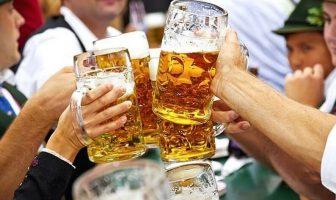 oktoberfest munich fête de la bière buveurs trinquant en chantant ein prosit ein prosit der gemutilichkeit