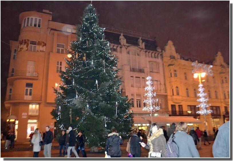 zagreb sapin de Noel décoré pendant les fêtes de fin d'année