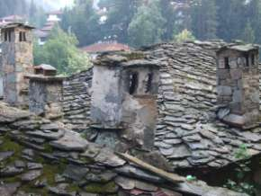 Chiroka laka toits de lauze et cheminées