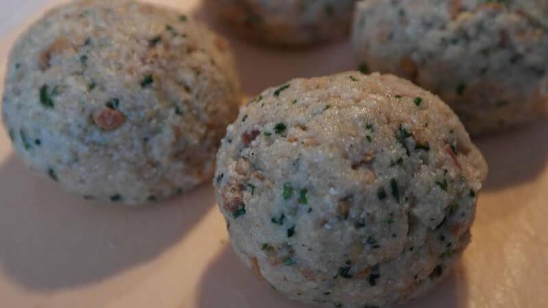 knödels boulettes de pain ou de pomme de terre au lard