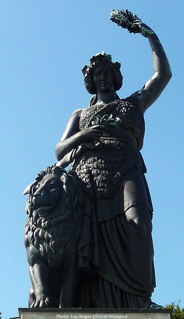 Munich Madame Bavaria veillant sur le lion et Theresienwiese