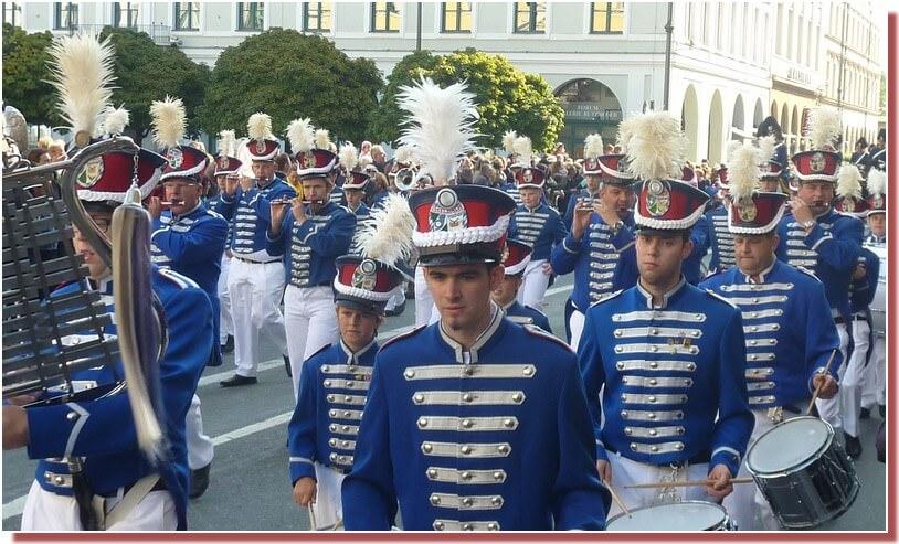 munich  oktoberfest defile fanfares bavaroises