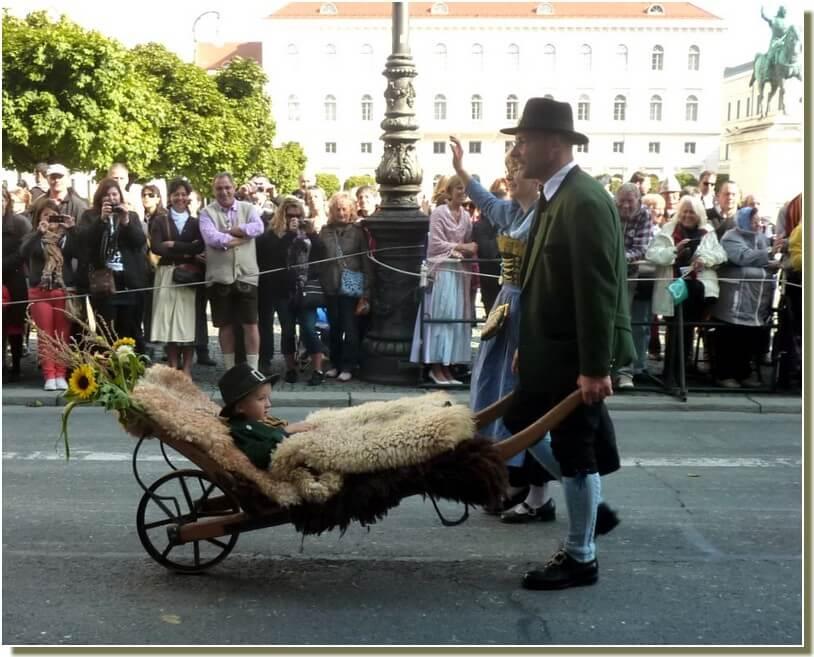 oktoberfest munich defile d'enfant en brouette
