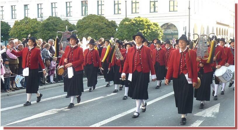 oktoberfest munich defile des fanfares bavaroises traditionnelles