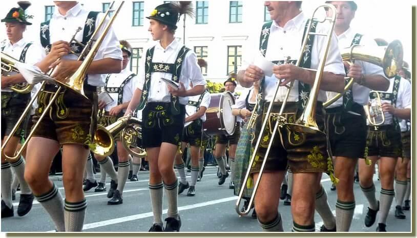 oktoberfest munich defile des fanfares d'hommes en lederhose costumes traditionnels bavarois