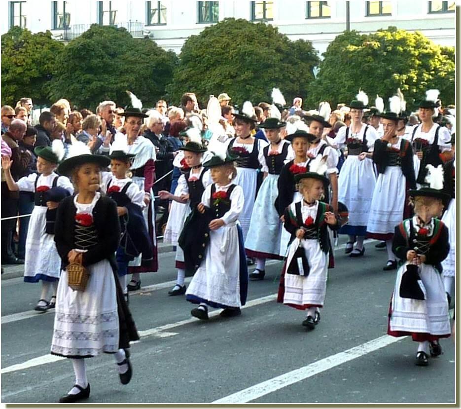 oktoberfest munich defile des-fillettes en costumes traditionnels