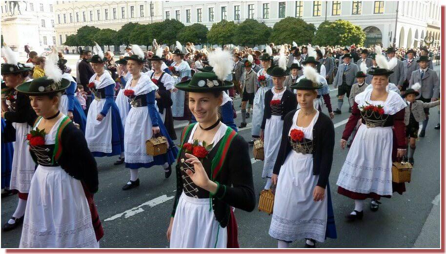 oktoberfest munich defile des jeunes filles en costumes traditionnels bavarois