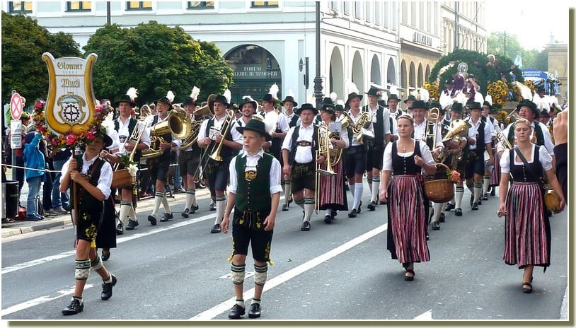 oktoberfest munich defile en costumes traditionnels