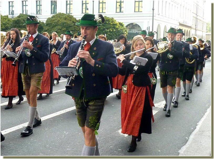 oktoberfest munich defile musical en costumes traditionnels