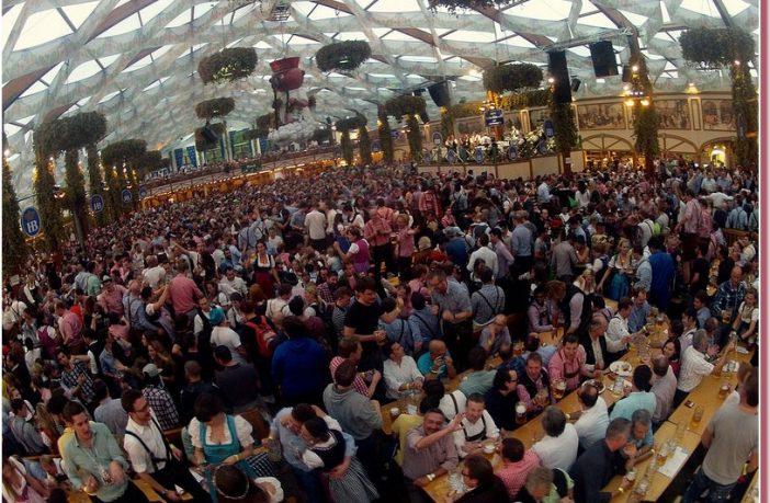 Oktoberfest munich foule sous la tente