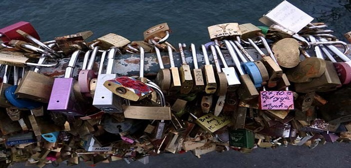 Les cadenas des amants du Pont des Arts (Guide Paris Tourisme)