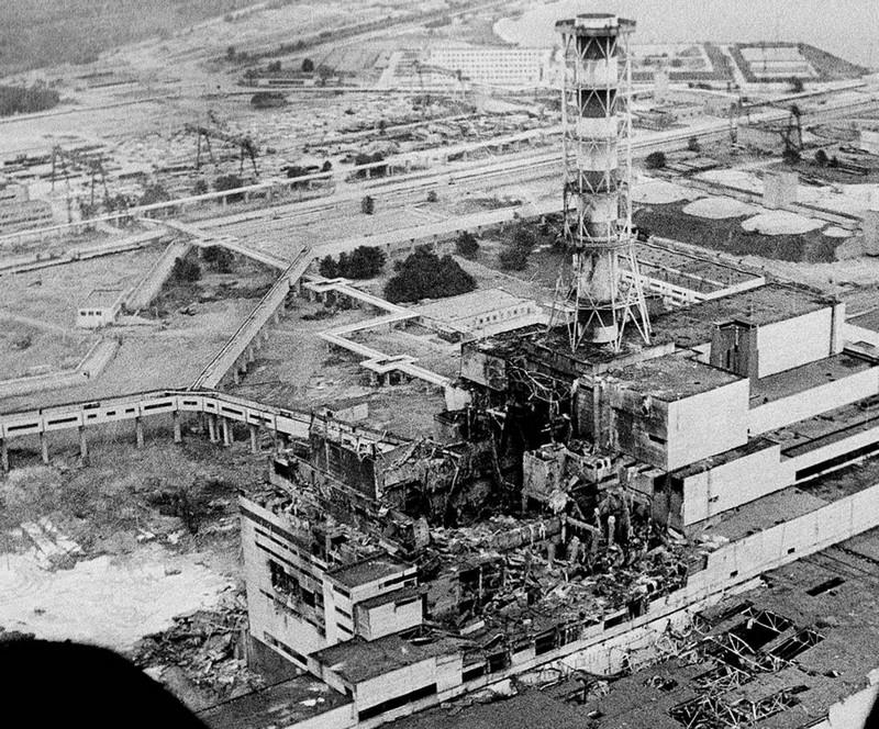 Photo du réacteur 4 de Tchernobyl quelques jours après la catastrophe le 26 avril 1986