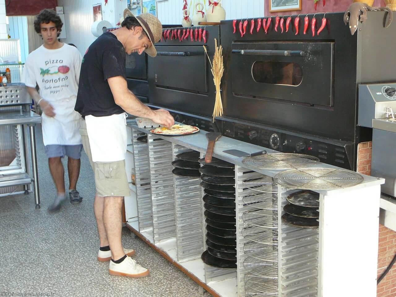 Préparation d'une pizza portofino