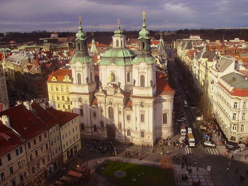 Prague église saint Nicolas depuis la tour de l'horloge astronomique