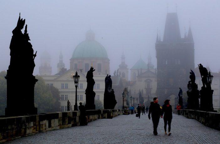 Prague Pont charles dans le brouillard