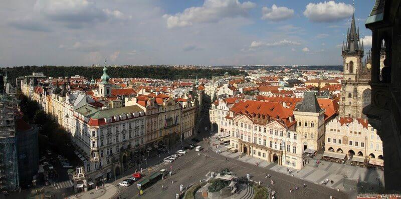 Prague panorama sur la place de la vieille ville depuis la tour de l'horloge astronomique