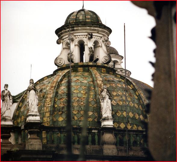 Quito coupole de l'eglise des jesuites (equateur)