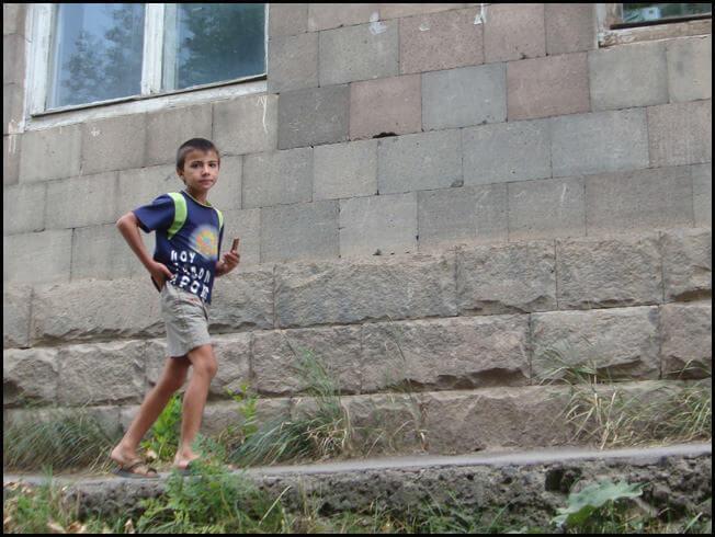 Sissian jeune garçon dans une rue