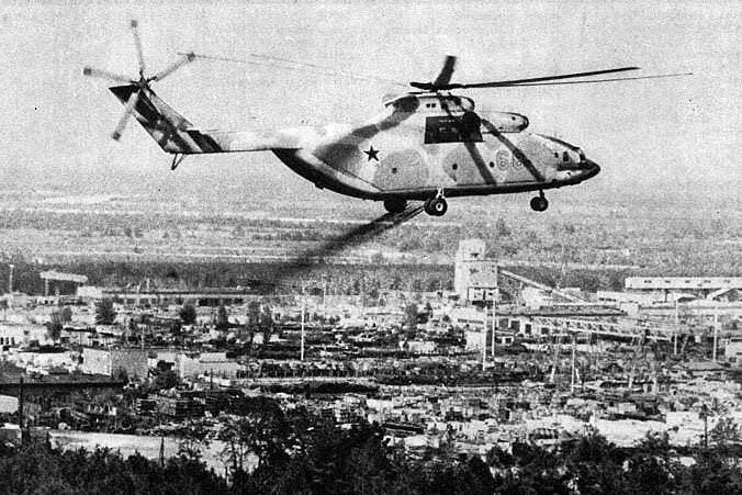 Tchernobyl helicoptere liquidateur répandant de la burba