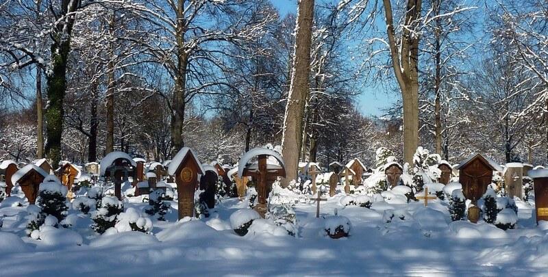 Tombes et crucifix en bois Westfriedhof cimetiere de l'ouest à Munich