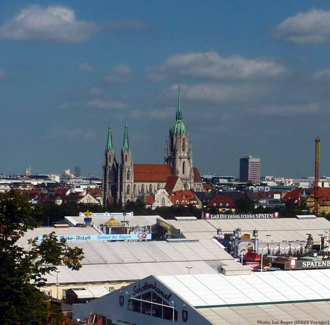 Vue sur Oktoberfest sur Theresienwiese à Munich
