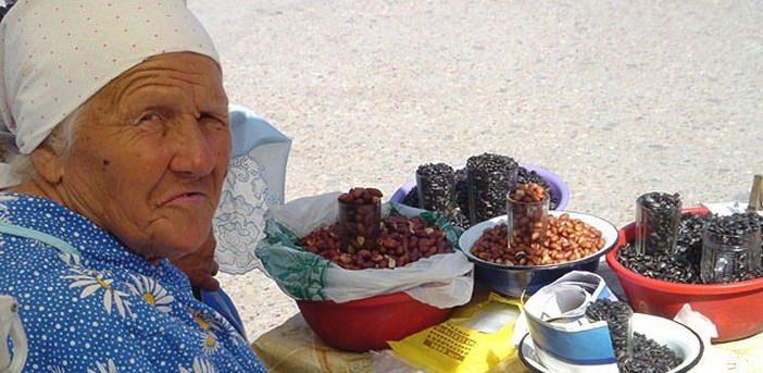 babouchka vendant des produits locaux a simferopol